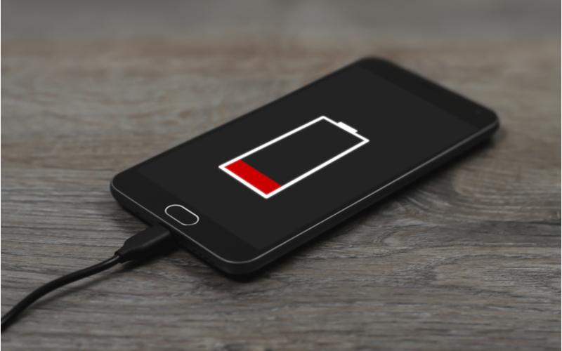 Smartphone beim Aufladen